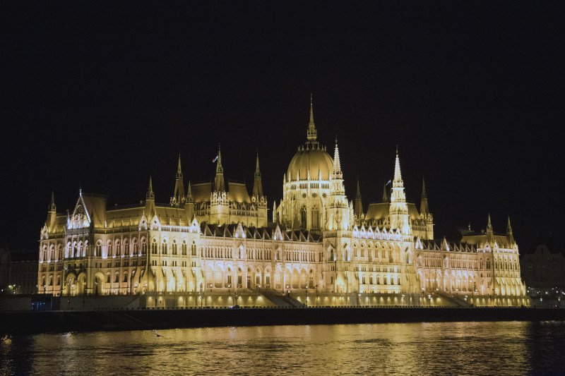 2665_budapest_parliament_at_night